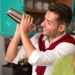 17752934-primer-plano-de-camarero-joven-y-guapo-preparar-una-bebida-con-un-agitador-en-un-bar-Foto-de-archivo